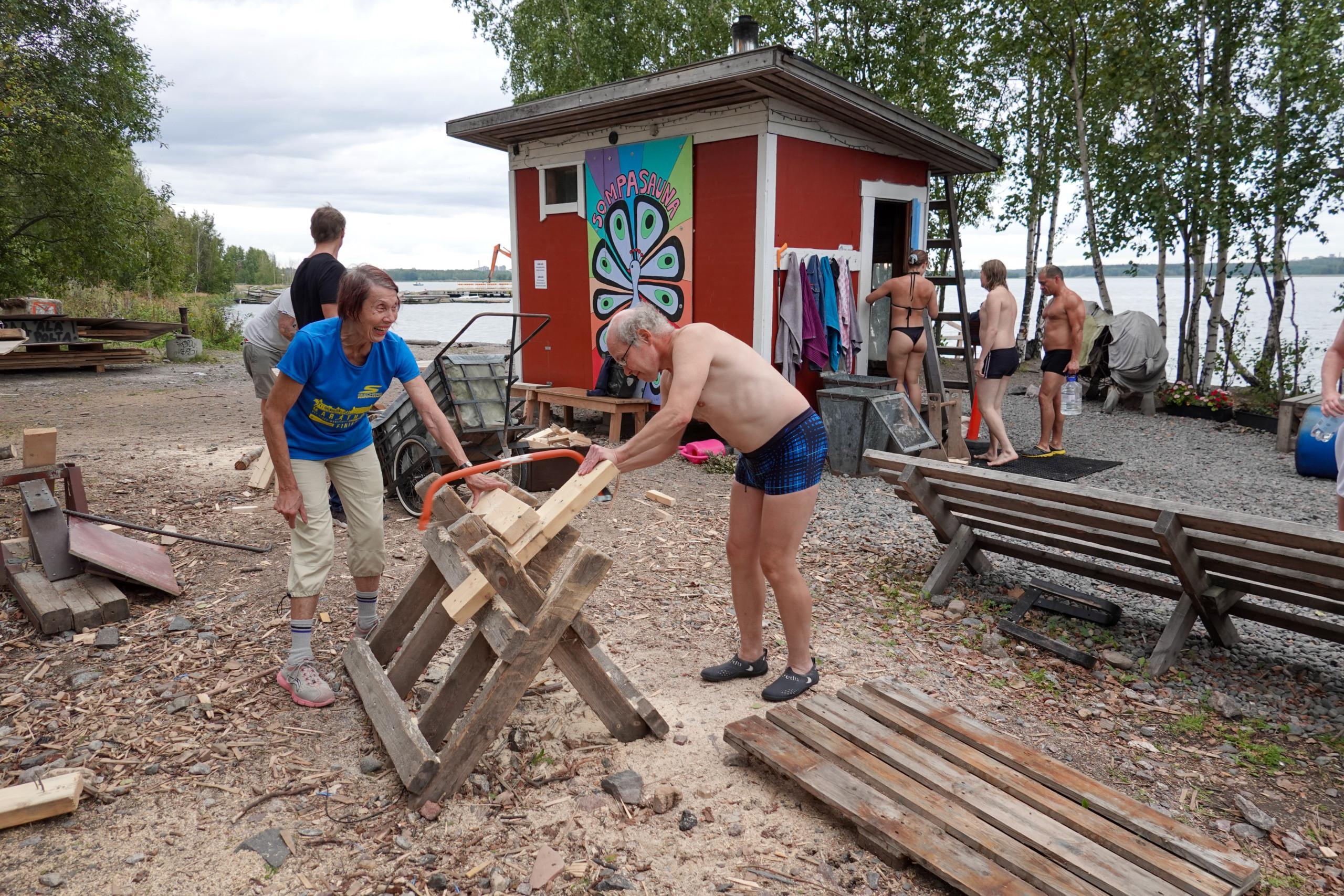 Saunojat tekevät halkoja Sompasaunalla